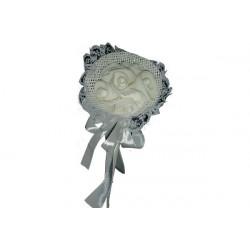 Bouquet bianco di 5 rose e petali racchette