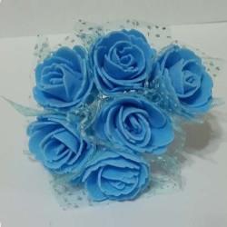 Rose in spugna con velo a pois celeste: mazzettino di 6 rose con velo a pu̯à celeste, di 3 cm